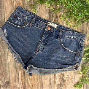 free people // medium blue wash denim shorts 26
